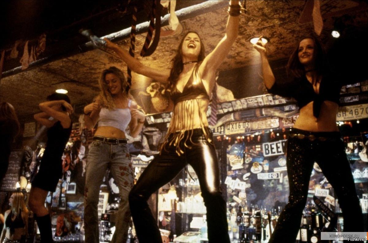 Тёлка танцует на барной стойке 7 фотография