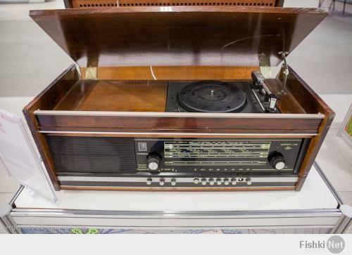 это не просто радиола, а МАГНИТОРАДИОЛА!!! на ней это даже написано должно быть, у моего деда такая была, как сейчас помню)))   кстати, про мобилки - у моей жены был первый мобильник Bosch еще до 25-х сименсов))