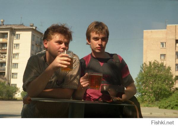 Это мы с другом в 90-х пиво у ларька попиваем.