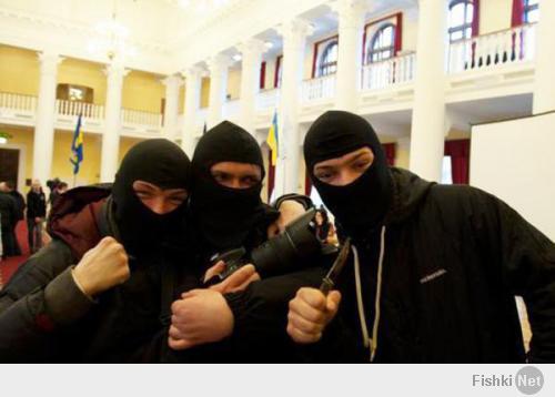 Злоумышленников, пытавшихся ограбить банк в центре Киева, отпустили за «заслуги» на Майдане. Группа злоумышленников, которая минувшей ночью совершила нападение на банк в Киеве, отпущена на свободу. В МВД Украины сообщили, что «оснований для их задержания нет». Выяснилось, что нападавшие, назвавшиеся «воинами Нарнии», были активными участниками недавних протестов в центре Киева. По их словам, они пришли не грабить, а охранять банк.