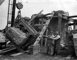 1901г  Прошло 50 лет и… оба-на! Штукатурка отпала, и в основе проявились бетонные блоки «старины»: