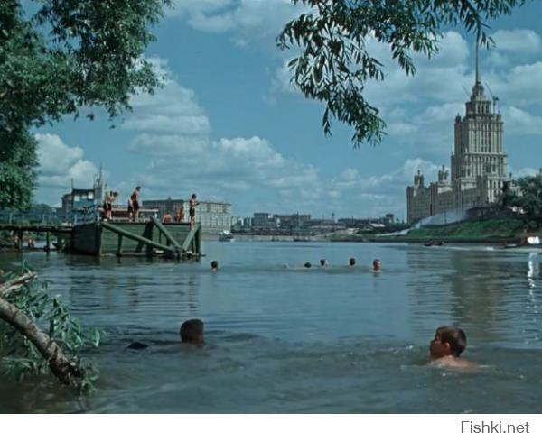 """Кадр фильма """"Старик Хотабыч"""" 1956 год. Дети купаются в Москва реке))))"""